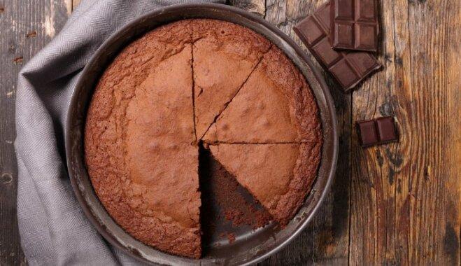 Tikai divas sastāvdaļas: ātrā šokolādes kūka