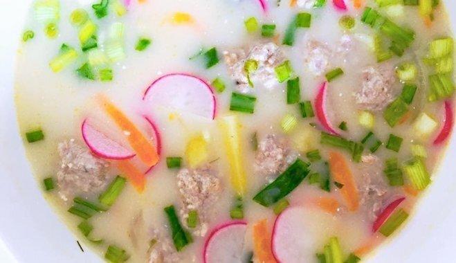 Суп с фрикадельками, свежей зеленью и редисом