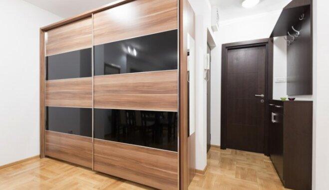 Iebūvētie skapji ar bīdāmām durvīm – priekšrocības, trūkumi un citas svarīgas nianses
