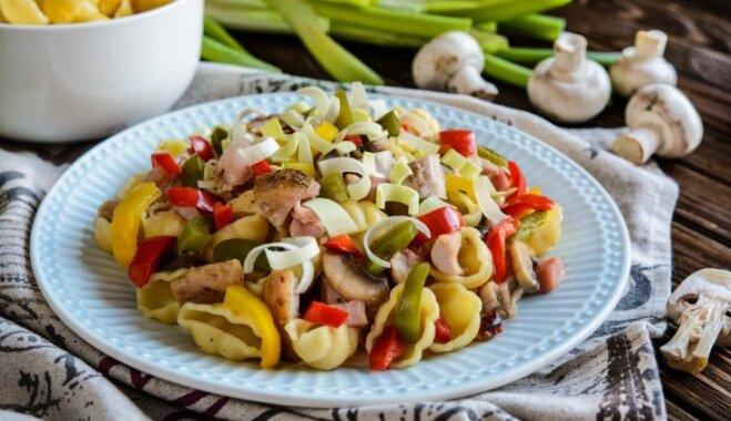 Горячий салат из вареной курицы с пастой и грибами