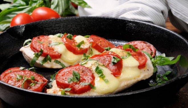 Sulīgās vistas karbonādes ar tomātiem un mocarellu