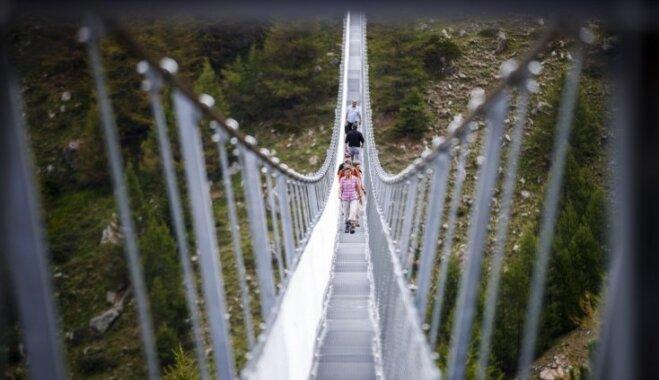 Foto: Šveicē atklāts pasaulē garākais trošu tilts gājējiem