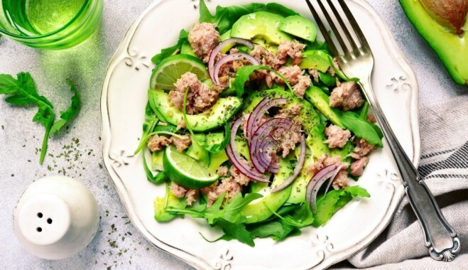 Pavasarīgie tunča salāti ar avokado