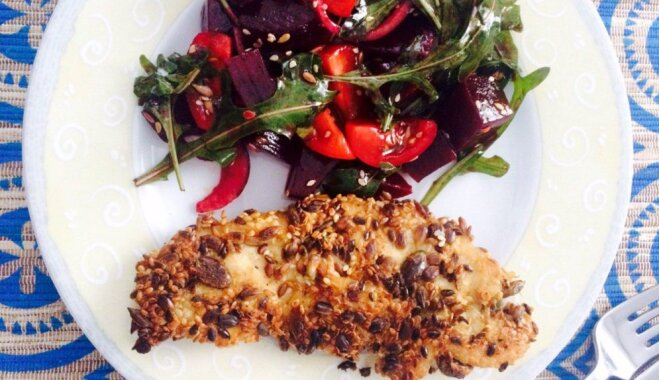 Куриное филе в семечках с салатом из рукколы и свеклы