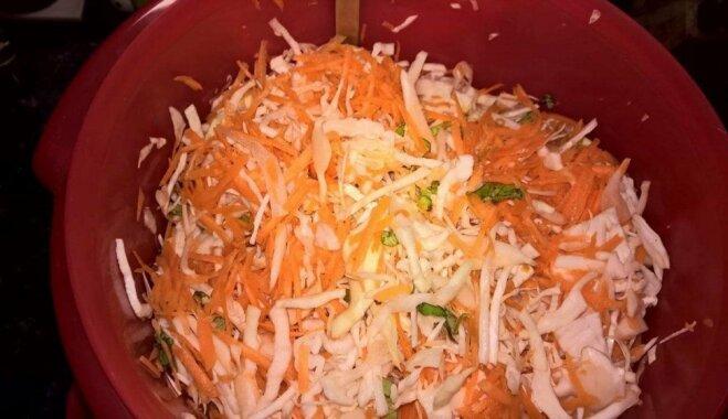 Kraukšķīgie kāpostu un burkānu salāti pikantā etiķa marinādē