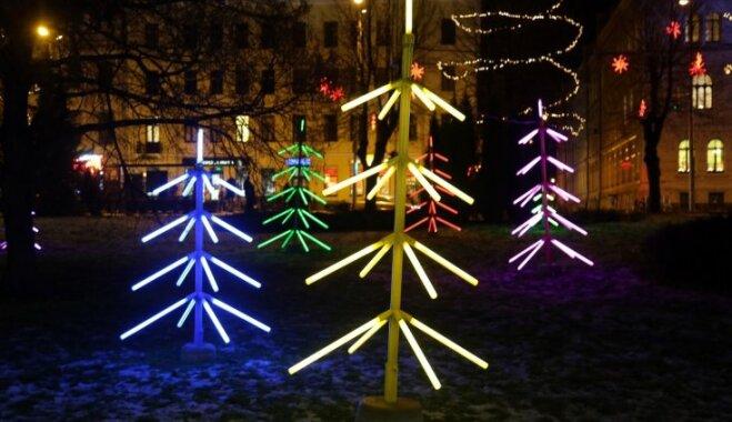 Foto: Rīgā sākas vides objektu festivāls 'Ziemassvētku egļu ceļš'