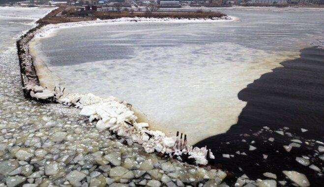 Foto: Ledus iešana jūras līcī apskādējusi Engures molu