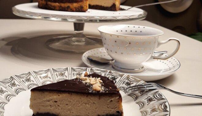 Šokolādes siera kūka ar zemesriekstu sviesta krēmu