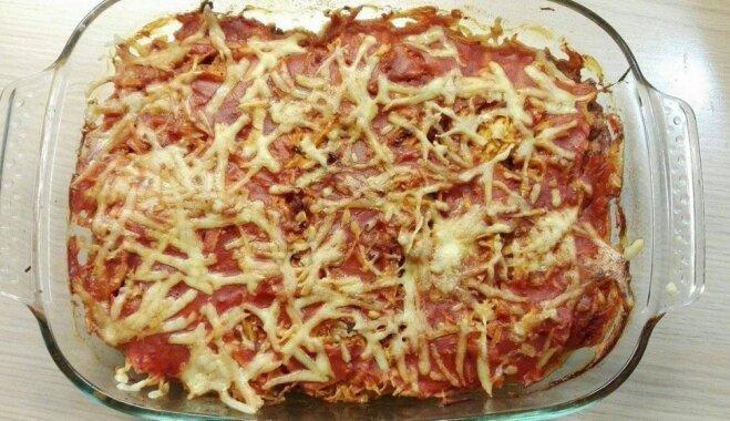 Sātīgais karbonāžu kārtojums ar dārzeņiem, tomātu mērci un sieru