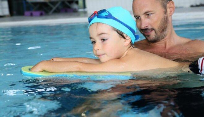 Svarīga gan drošība, gan jautrība – fitnesa trenera ieteikumi bērna peldētprasmes apgūšanā