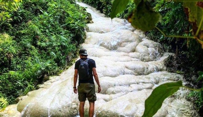 'Lipīgais ūdenskritums' Taizemē, pa kura akmeņiem var uzrāpties augšup
