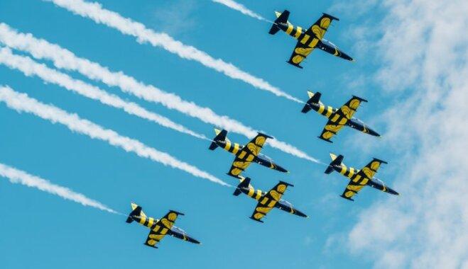 Foto: Iespaidīgs 'Baltijas bišu' aviošovs Tukumā