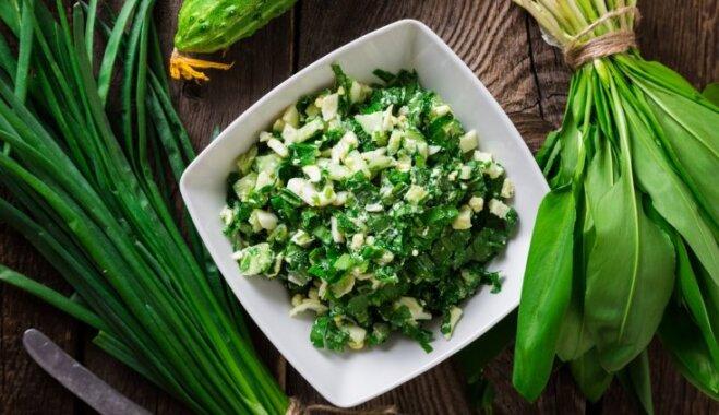 Pavasara salāti ar lakšiem, olām un svaigu gurķi