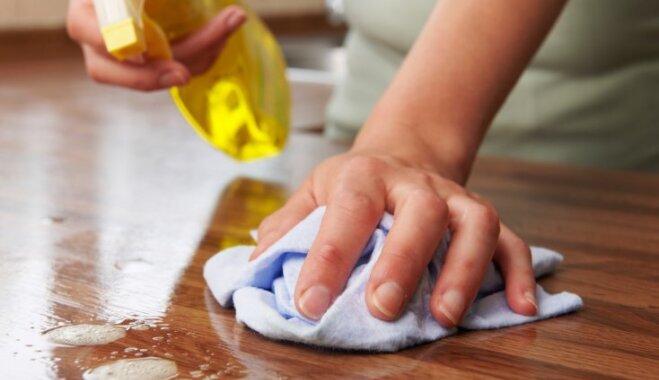 Mājokļa tīrīšana bez cimdiem – apdraudējums ādai. Mediķi skaidro saslimšanas riskus