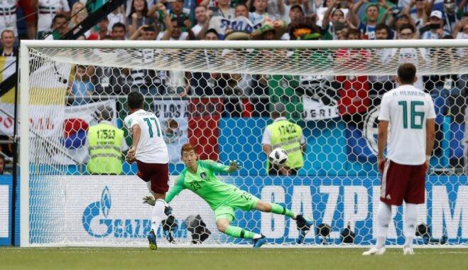 Meksikas futbolisti gūst vēl vienu uzvaru un tuvojas PK astotdaļfinālam