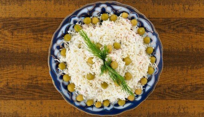 Siera salāti ar burkāniem, zirnīšiem un majonēzi