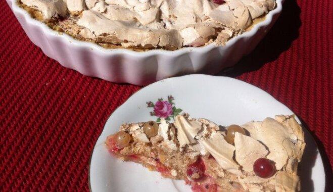 Gaisīgā vasaras kūka ar olbaltumu un jāņogām