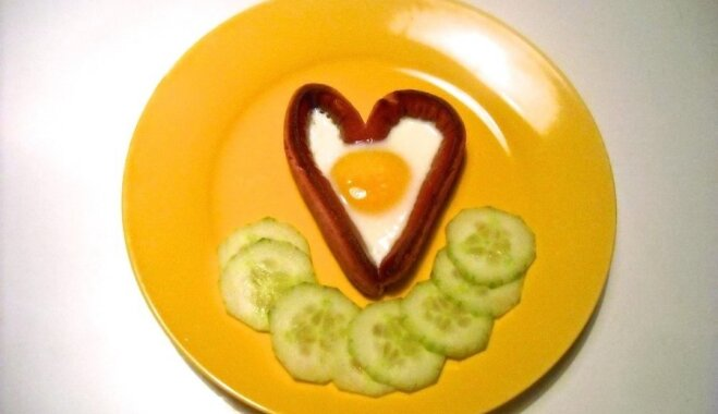 Sirsnīgās brokastis ar garajiem cīsiņiem un ceptām olām