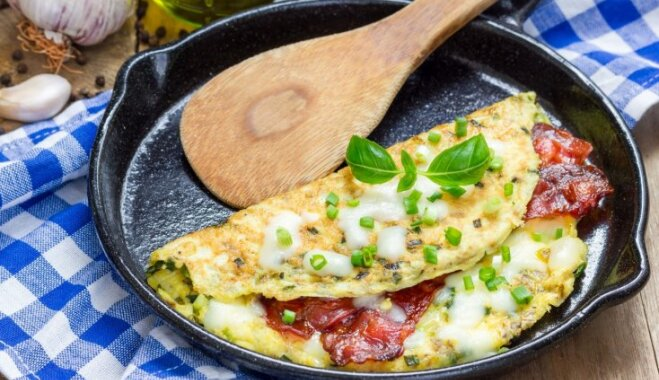 Pildītā omlete ar bekonu un sieru