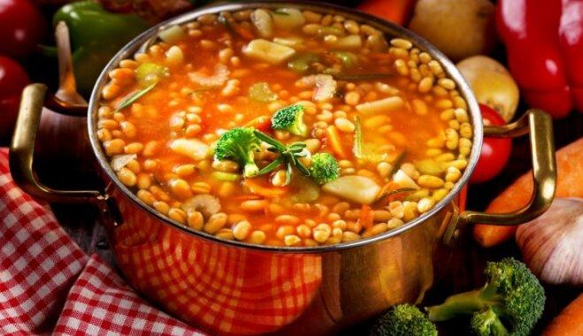 Pupiņu zupa ar bekonu, tomātiem un rozmarīnu.