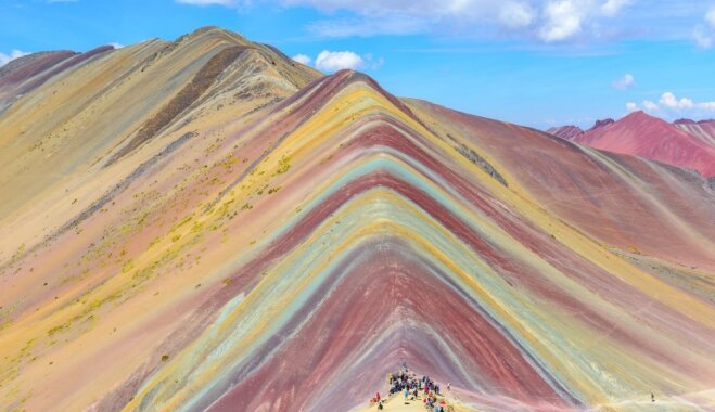 Varavīksnes kalns – vieta, kas laistās pasakainās krāsās