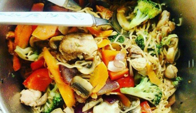 Maltīte ķīniešu gaumē ar vistiņu, 'roltoniem' un krāsainiem dārzeņiem