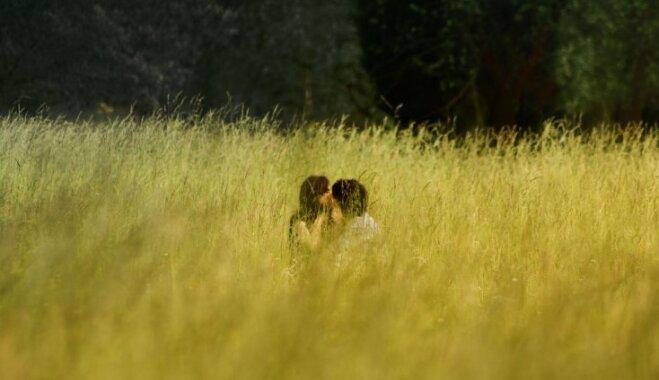 На пляже, в машине или в стоге сена: истории из личного опыта о том, как разнообразить секс
