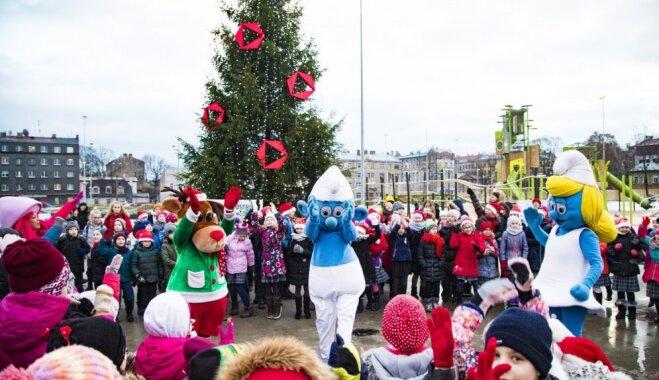 Foto: Centra sporta kvartālā iemirdzas Ziemassvētku eglīte