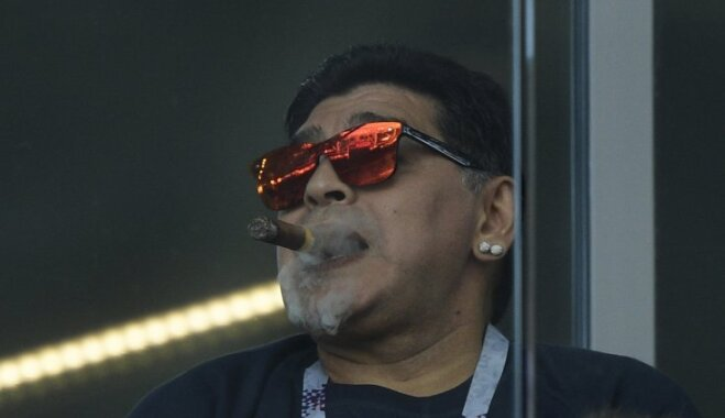 Марадона нарушил запрет на курение на арене в Москве и показал расистский жест