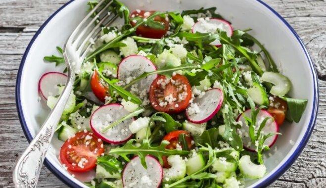 Весенний салат с овощами, кускусом и горчичным соусом