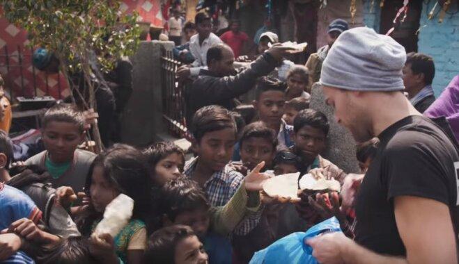 Lietuviešu ceļotājs iepriecina Indijas graustu rajona iemītniekus, sagādājot maltīti 500 dolāru vērtībā