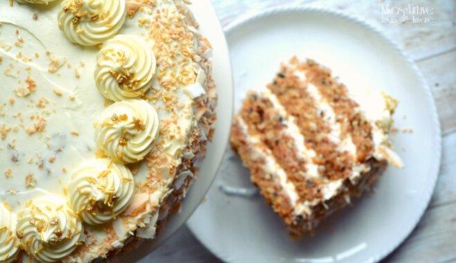 Grandiozā burkānu un kokosriekstu torte ar krēmsiera kārtām