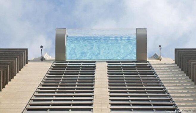 Видео не для слабонервных: бассейн с прозрачным дном на крыше небоскреба