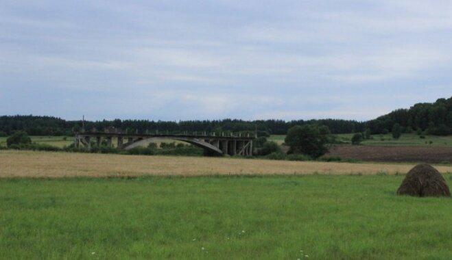 Tilts uz nekurieni – viena no neparastākajām vietām Latvijas lauku ainavā