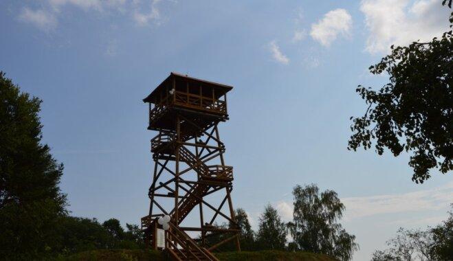 Cieceres ezera krastā atklāts skatu tornis, kas stiepjas 18 metru augstumā