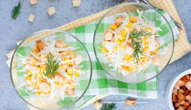 Kārtainie grauzdiņu, siera un kukurūzas salāti