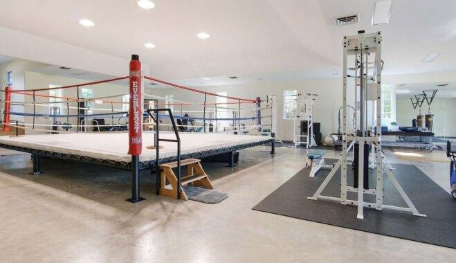 Foto: Pārdošanā nonākusi Muhameda Alī greznā māja ar boksa ringu