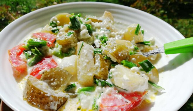 Liesie kartupeļu salāti ar biezpienu, tomātiem un sālītiem gurķiem