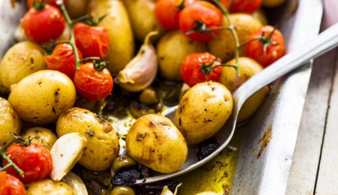Jauno kartupeļu un tomātu ķekaros sacepums ar ķiplokiem, olīvām un anšoviem