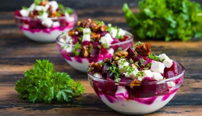Йогуртовый и свекольный слоёный салат с сыром фета и грецкими орехами