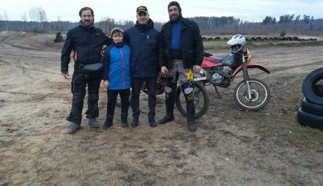 Gatavojoties Austrālijas ekspedīcijai, motoceļotāji pilda skolēnu uzdevumus Latvijā
