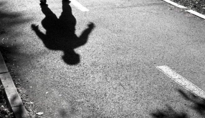Ja bērnam kāds seko vai zvana pie namdurvīm: drošības riski un ieteikumi
