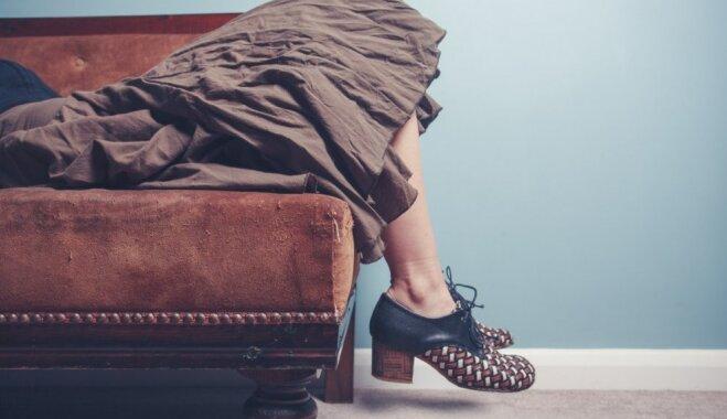 Iegulties, pasēdēt un pataustīt – kā pārliecināties par īsto dīvānu