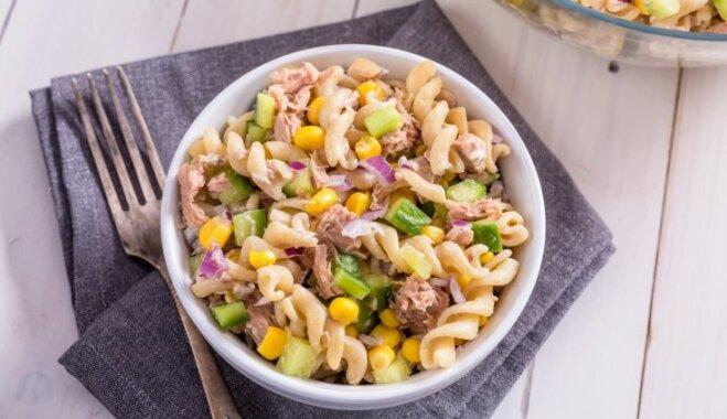 Makaronu salāti ar tunci, konservētu kukurūzu un svaigiem gurķiem