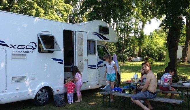 Bērni, laižam uz Disnejlendu! Kuplās Apkalnu ģimenes ceļojums ar kemperi uz Parīzi divu nedēļu garumā