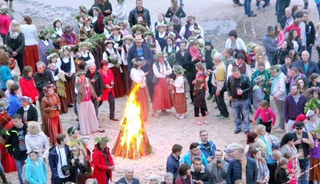Senlatviešu rituāli un ugunsriteņi – Jūrkalne aicina svinēt vasaras saulgriežus tradicionālās noskaņās