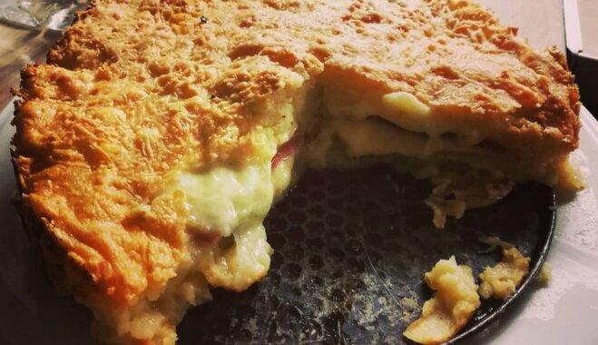 Sātīgā kartupeļu drumstalu kūka ar siera un šķiņķa pildījumu
