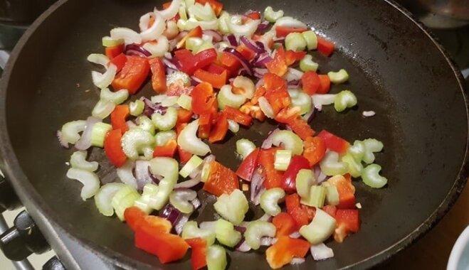 Sojas 'maltās gaļas' mērce ar kraukšķīgiem dārzeņiem