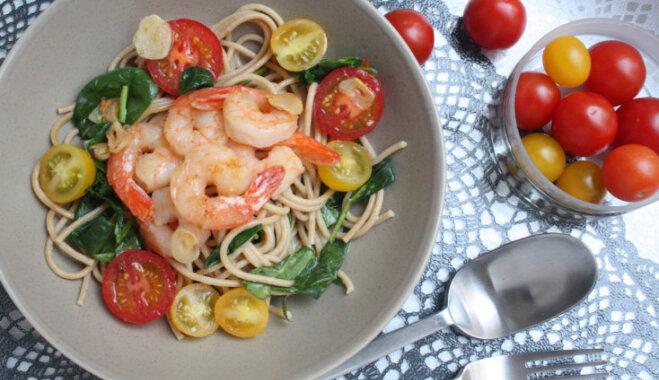 Спагетти c обжаренными в чесноке креветками