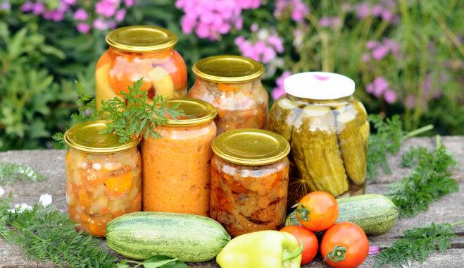 Pikantie zaļo tomātu, kabaču un patisonu salāti